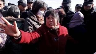 黄岛居民在黄岛区政府大楼外抗议不安全的居住条件11月27日青岛