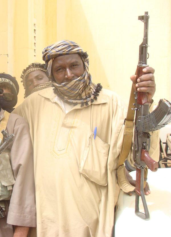 Kamanda mkuu wa kundi la wapiganaji wa kiisilamu Aliou Mohamed, na mkuu wa Mji wa Gao, akiinua silaha mtindo wa PM AK 47.