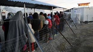 Les réfugiés attendent la distribution de nourriture dans le camp d'Idomeni, à la frontière gréco-macédonienne, côté grec, le 25 février 2016.