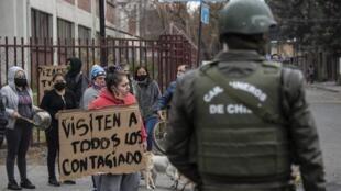 Protesta en la comuna pobre de La Pintana, en Santiago de Chile, el 20 de mayo de 2020.