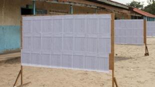 Photo d'archive : liste des votants dans un bureau de vote de Brazzaville lors du référendum constitutionnel au Congo, le 25 octobre 2015. L'UE juge la qualité du fichier électoral insuffisante pour la présidentielle du 20 mars.