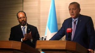 Les présidents turc Recep Tayyip Erdogan (d) et somalien Hassan Cheikh Mohamoud lors d'une conférence de presse commune à la nouvelle ambassade turque, le 3 juin 2016.