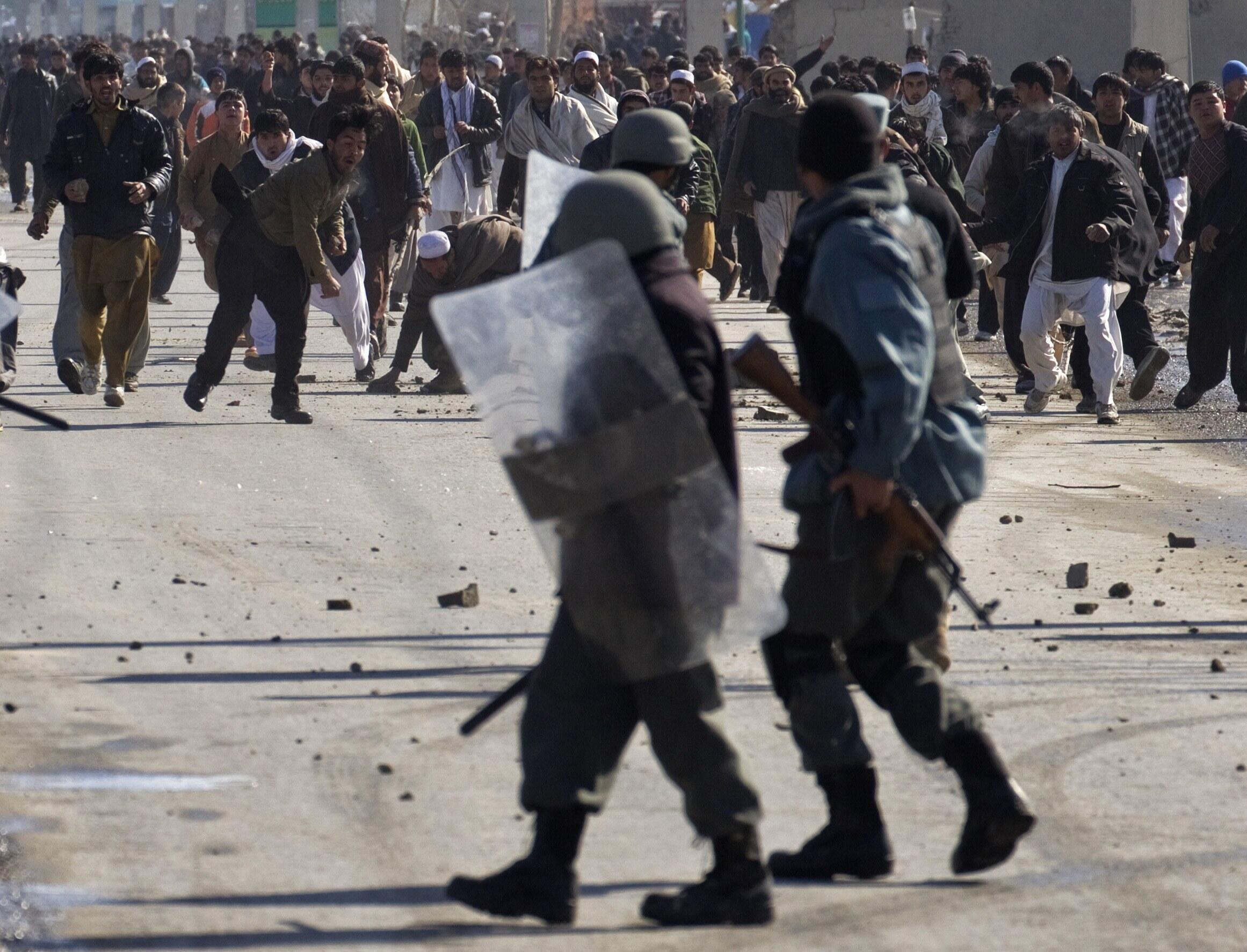 Столкновения манифестантов с полицией возле базы НАТО. Кабул 22/02/2012