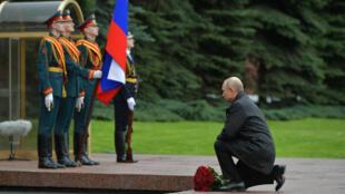 2020-05-09T092756Z_1529435553_RC2XKG90BKHM_RTRMADP_3_WW2-ANNIVERSARY-RUSSIA-PUTIN