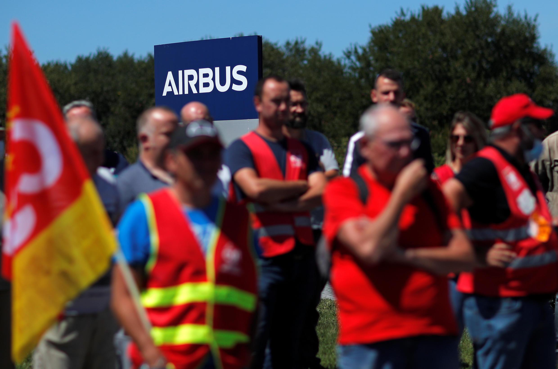 Сотрудники Airbus в Сен-Назере протестуют против плана увольнений 8 июля 2020.