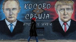 Sur le mur, il est écrit: «Le Kosovo est la Serbie».