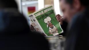 یکی از خوانندگان نشریه شارلی ابدو در شهر نیس در جنوب فرانسه، یک هفته پس از کشتار شارلی ابدو