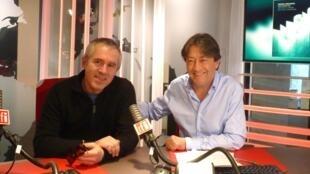 El pianista de jazz Manuel Rocheman  con Jordi Batalle después de la grabación de El invitado de RFI.