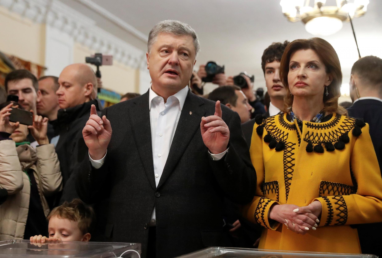 Петр Порошенко с супругой на избирательном участке 21 апреля 2019