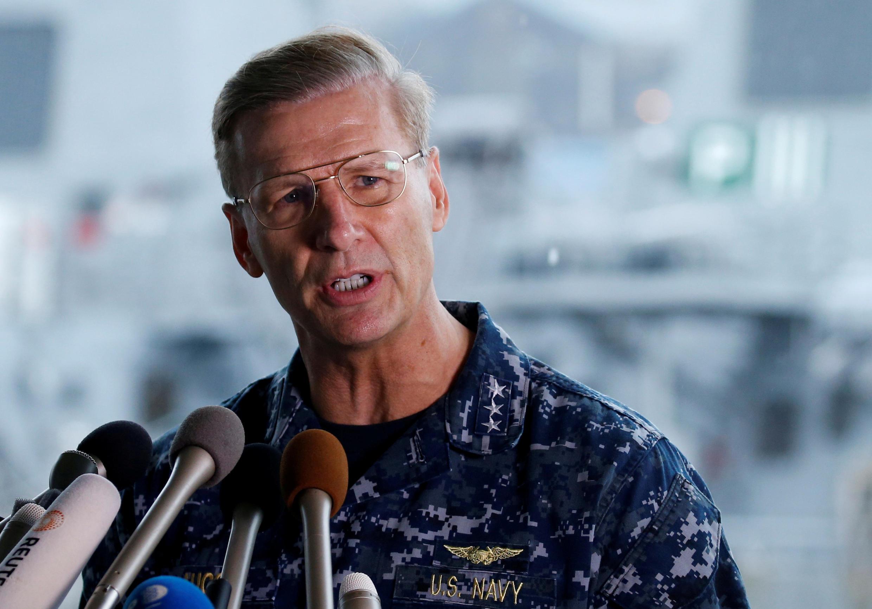 Phó đô đốc Joseph Aucoin, trả lời họp báo sau vụ tàu khu trục USS Fitzgerald đụng tàu chở hàng ngoài khơi Yokosuka, Nhật Bản. Ảnh 18/06/2017.