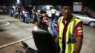 File d'attente à une station d'essence à Tangerang, une province d'Indonésie, le 17 novembre 2014.