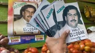 Les vignettes et albums à l'effigie de Pablo Escobar s'arrachent à Medellin.