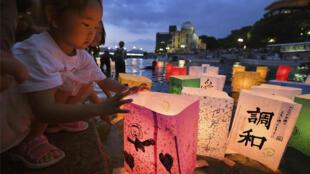Đèn lồng được thả trên dòng sông Mototasu để tưởng niệm nạn nhân Hiroshima, Nhật Bản, thiệt mạng do bom nguyên tử của Mỹ trong Thế Chiến II. Ảnh chụp ngày 06/08/2018.