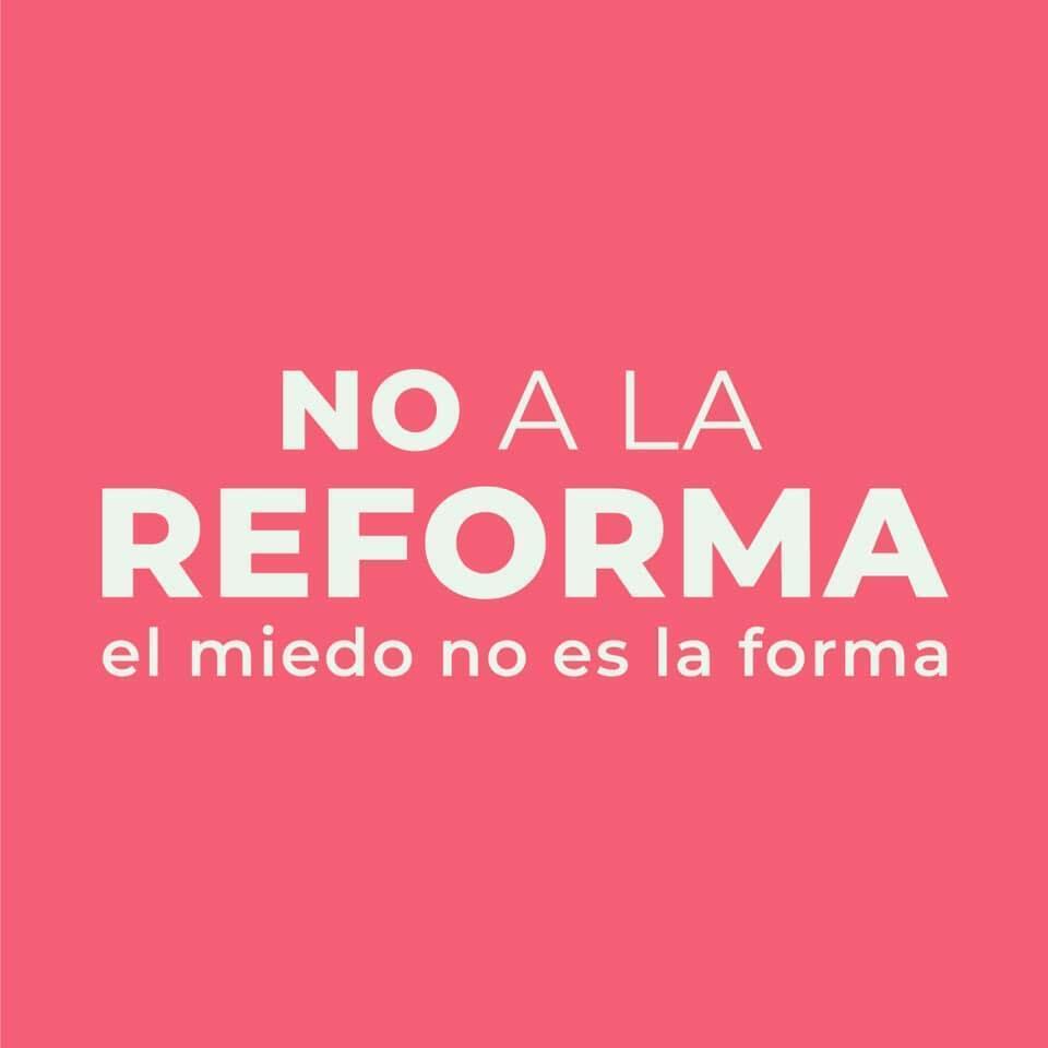 La gente manifestó ayer con pañuelos rosados para decir su rechazo a la reforma.