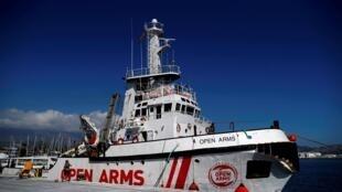 Le navire de l'ONG Proactiva Open Arms est toujours en recherche d'un port pour débarquer les 121 migrants secourus