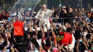 Cem mil fiéis compareceram à primeira missa do papa Francisco em Bangladesh.