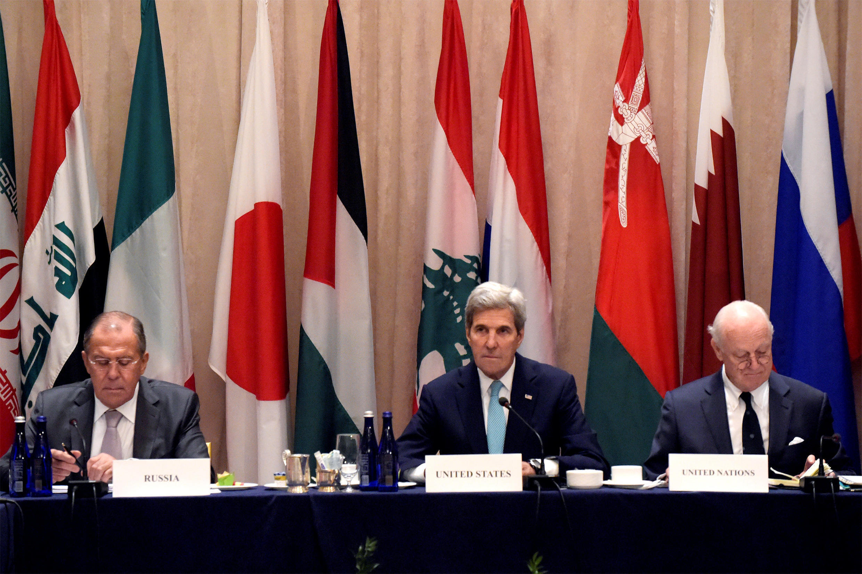 Serguei Lavrov, John Kerry et Staffan de Mistura participant à une réunion internationale sur la Syrie, à New York, le 20 septembre 2016.