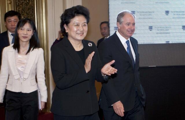 Stephen Schwarzman (phải), chủ tịch quỹ học bổng mang chính tên ông, đi cùng phó thủ tướng Trung Quốc Lưu Dương Đông (giữa) trong lễ khai trương chương trình học bổng Schwarzman tại Đại lễ đường Nhân Dân ở Bắc Kinh