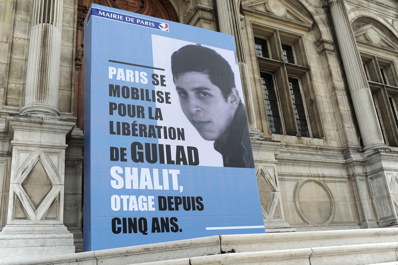 Cartaz com a imagem do soldado franco-israelense Guilad Shalit, na fachada da prefeitura de Paris.