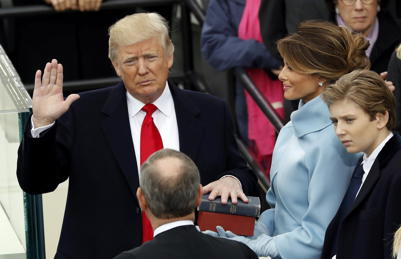 Main sur la Bible, Donald Trump prête serment, le 20 janvier 2017.