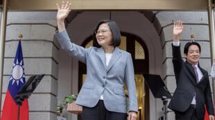 La presidenta Tsai Ing-wen saluda durante la ceremonia de toma de posesión, junto al vicepresidente William Lai, el 20 de mayo de 2020 en Taipei, una imagen divulgada por la presidencia taiwanesa