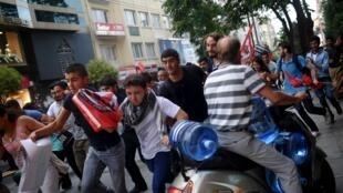 Pessoas manifestam em Istanbul contra bombardeamentos turcos