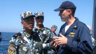Sĩ quan hải quân Mỹ và Trung Quốc trong cuộc luyện tập chung tìm kiếm cứu hộ trên biển (SAREX) - 9/2006