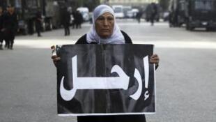 Opositora ao presidente Morsi e à Constituição protesta diante do Senado egípcio, no Cairo.