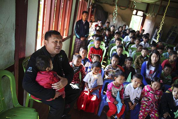 Nhà tài phiệt Tay Za tại một trường học tại Myitkyina, do Quỹ Htoo của ông tài trợ.