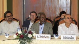 Da esquerda para a direita, o representante das Farc nas negociações em Havana, Iván Márquez, o ex-secretário-geral da ONU, Kofi Annan, e o negociador do governo colombiano, Humberto de la Calle, em 27 de fevereiro de 2015.