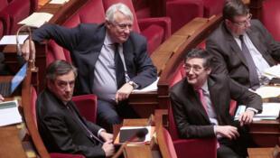 Le candidat LR à l'élection présidentielle française, François Fillon (gauche), en compagnie de ses collègues députés Claude Goasguen, Patrick Devedjian et Jean-François Lamour, en février 2016 au palais Bourbon.