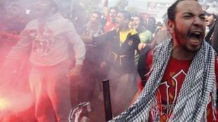 Hinchas del equipo Al-Ahly protestando este sábado en El Cairo