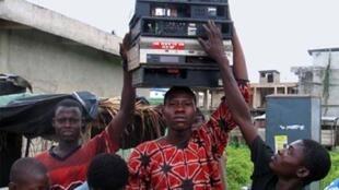 Des recycleurs de déchets informatiques en route pour le marché Alaba à Lagos au Nigeria (image d'illustration).