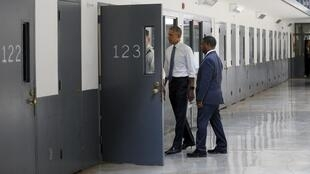 El presidente de EEUU Barack Obama visita el interior de una celda en una prisión de Oklahoma el 16 de julio de 2015.