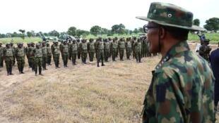 Le président nigérian Muhammadu Buhari devant ses soldats lors de l'«Army Day», à Dansadau, le 13 juillet 2016.