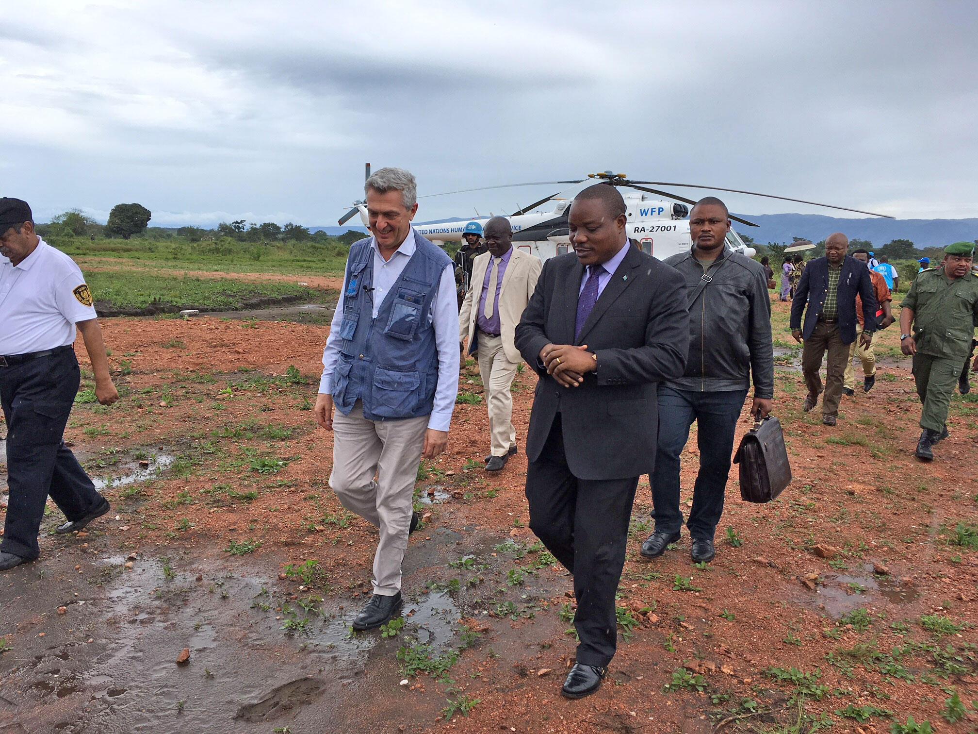 Filippo Grandi et le vice-ministre congolais de l'Interieur, Basile Olongo. Au camp de Mulongwe, le 7 avril 2018.