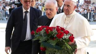Papa Francisco rinde homenaje a Giuseppe Puglisi en el mismo lugar donde fue asesinado.