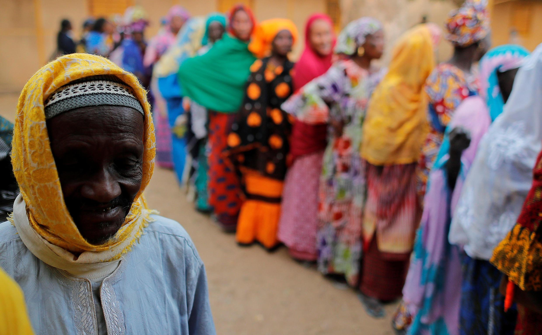 Des Sénégalais attendent de pouvoir voter pour la présidentielle, à Fatick, dans l'ouest du pays, le 24 février 2019.