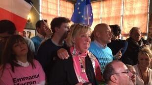 Au centre de la photo, c'est Laurence Campion, animatrice du Comité En Marche !  du Touquet, le dimanche 7 mai 2017 à l'annonce des résultats de la présidentielle.