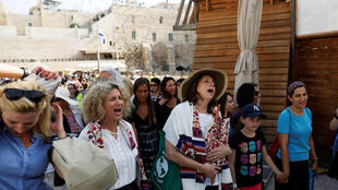 Des activistes de l'ONG Les Femmes du mur, portant le talit réservé traditionnellement aux hommes de la communauté des juifs orthodoxes, près du mur des Lamentations, le 24 juillet 2017.