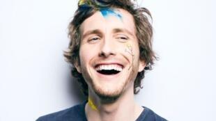 L'humoriste Baptiste Lecaplain pour son spectacle « Origines » au Petit Montparnasse.