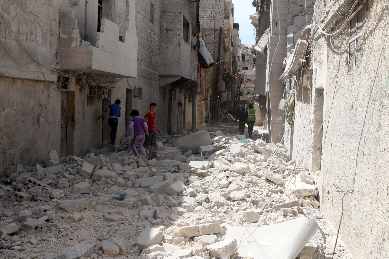 Aleppo ngày 11/04/2016 : Một khu phố do phe nổi dậy chiếm đóng bị không quân chính phủ Syria tàn phá.