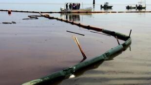 L'eau polluée de pétrole est retenue par des barrages flottants près de Venice, en Louisiane