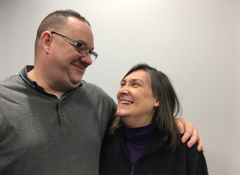 Jim et Trish Van Sickle. Jim réunit une fois par semaine des victimes d'abus sexuels du clergé dans une salle de la banlieue de Pittsburg
