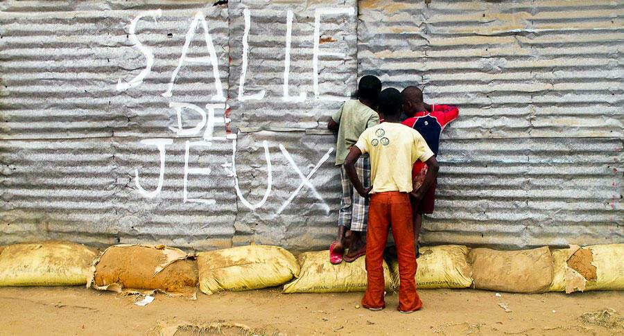 Le photographe congolais Nzaou Rob propose de sortir du genre du portrait. Il n'aime rien d'autre que déambuler dans les rues du Cap pour immortaliser le tout-venant.