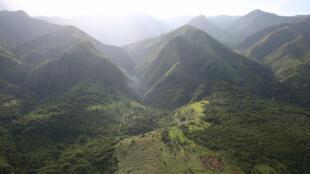 Kati ya milima mkoani Kivu, hususan Kivu ya Kasakazini.