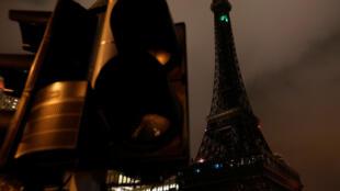 2017年 8月24日,受强台风天鸽袭击,澳门部分地区一度供电中断,地标建筑巴黎人处的小型埃菲尔铁塔陷入黑暗。