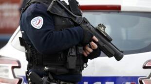 Во Франции чрезвычайное положение всвязи с антитеррористическими мерами действует до конца февраля.