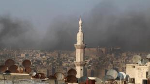 El cielo de Alepo cubierto por el humo de neumáticos que arden para obstruir la visión de los aviones, el 1 de agosto de 2016.