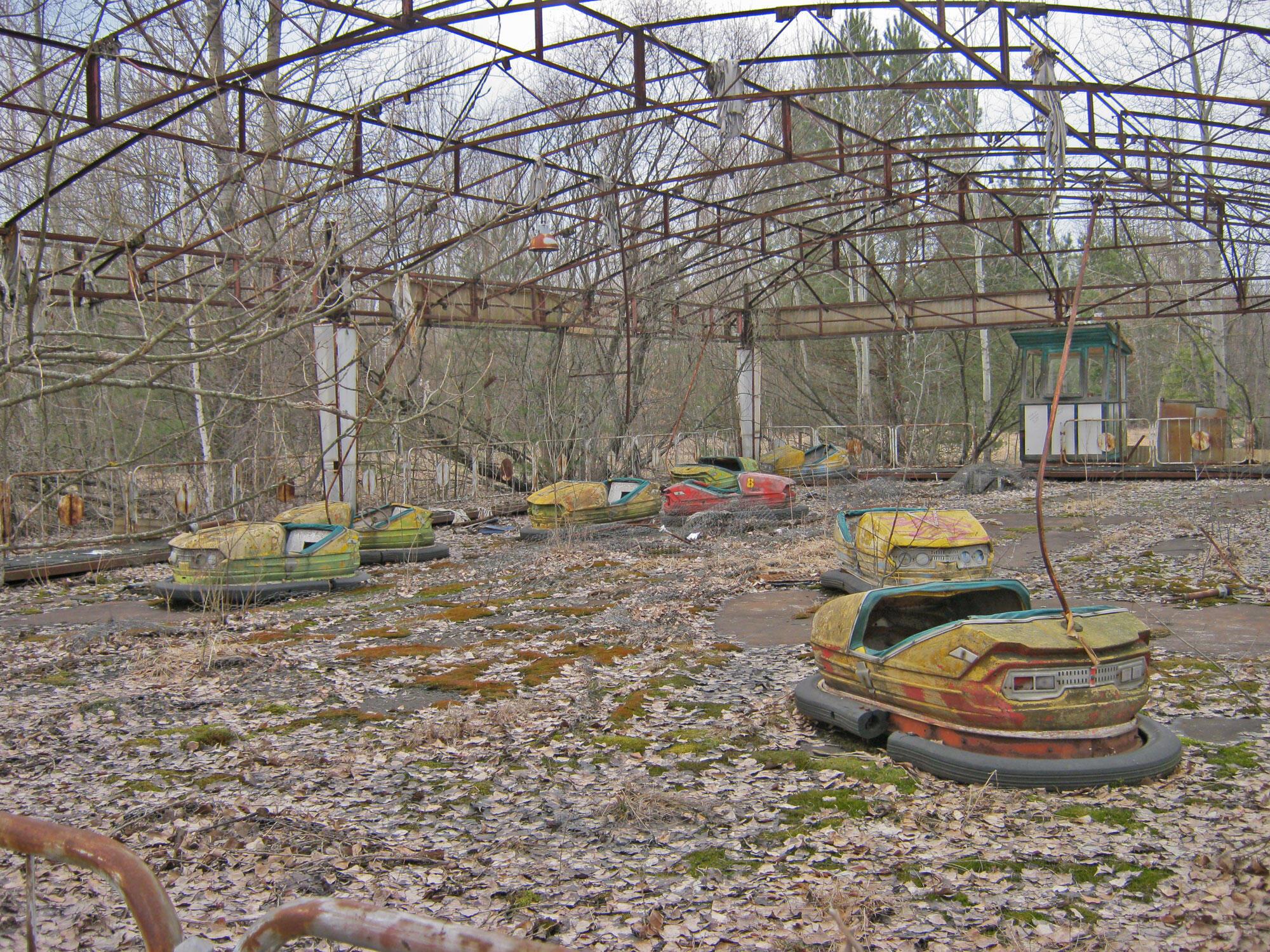 Sân chơi cách nhà máy Tchernobyl 3 km hoang tàn trong một thành phố ma.